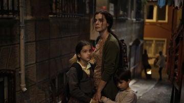 Bahar y su hijos en 'Mujer'