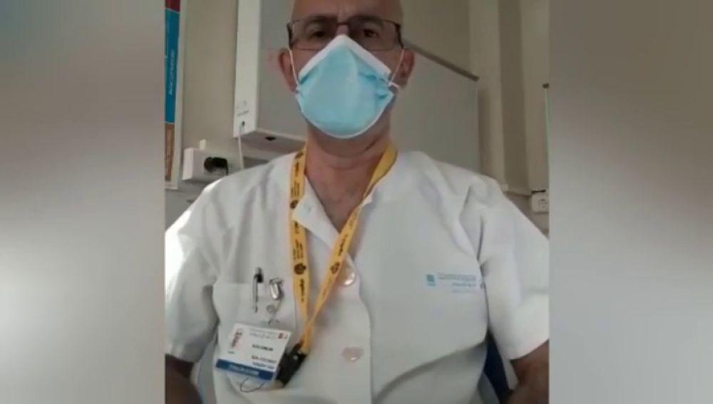 El truco definitivo de los nudos en la mascarilla de un médico para protegerse del coronavirus