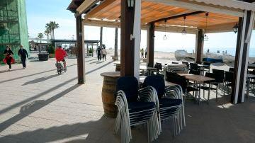 """erraza de un bar en el barrio marítimo de """"Baix a Mar"""" de Torredembarra, en Barcelona, el pasado domingo."""