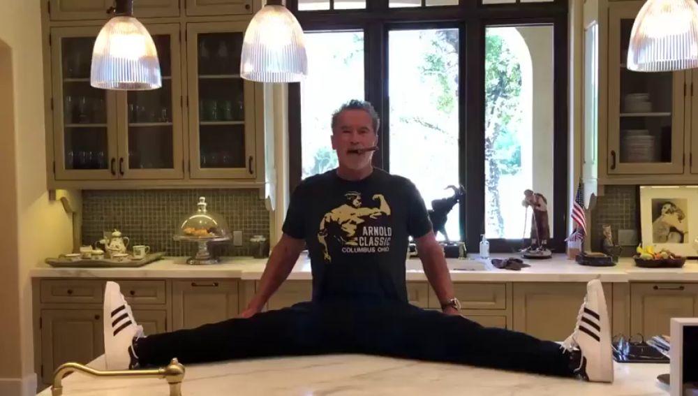 El vídeo viral de Arnold Schwarzenegger y su 'impactante' flexibilidad a los 72 años