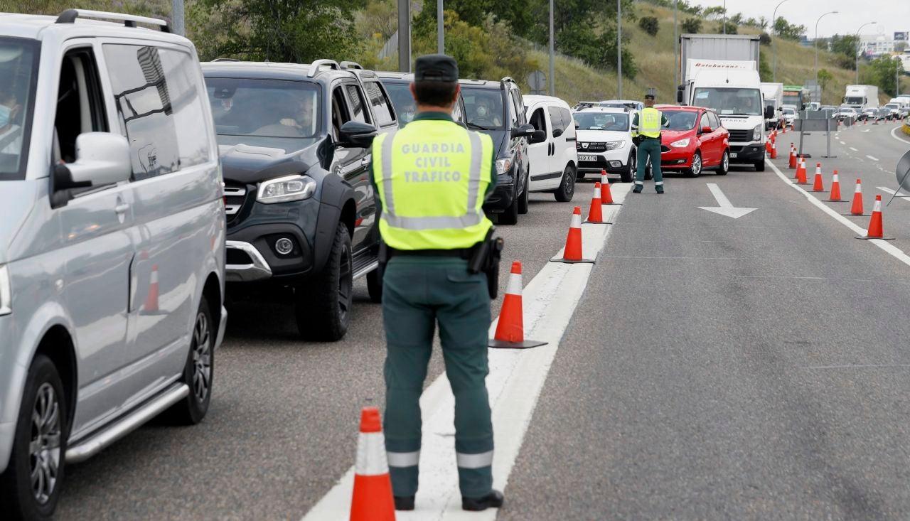 Control de la Guardia Civil de Trafico en la salida de Madrid, a la altura del Km 17 de la A-1, para identificar desplazamientos no justificados durante el estado de alarma