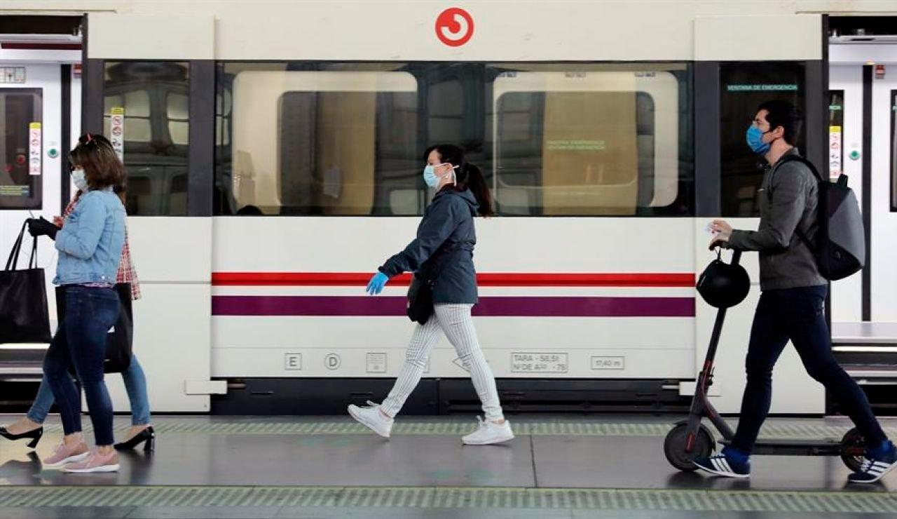 Usuarios del Metro de Valencia con mascarilla.