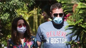 Ana de Armas y Ben Affleck durante su paseo tras dejarse las llaves en casa