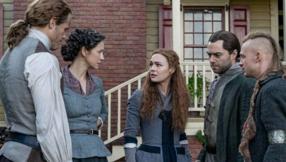 Sophie Skelton, Caitriona Balfe, Sam Heughan y Richard Rankin en 'Outlander'
