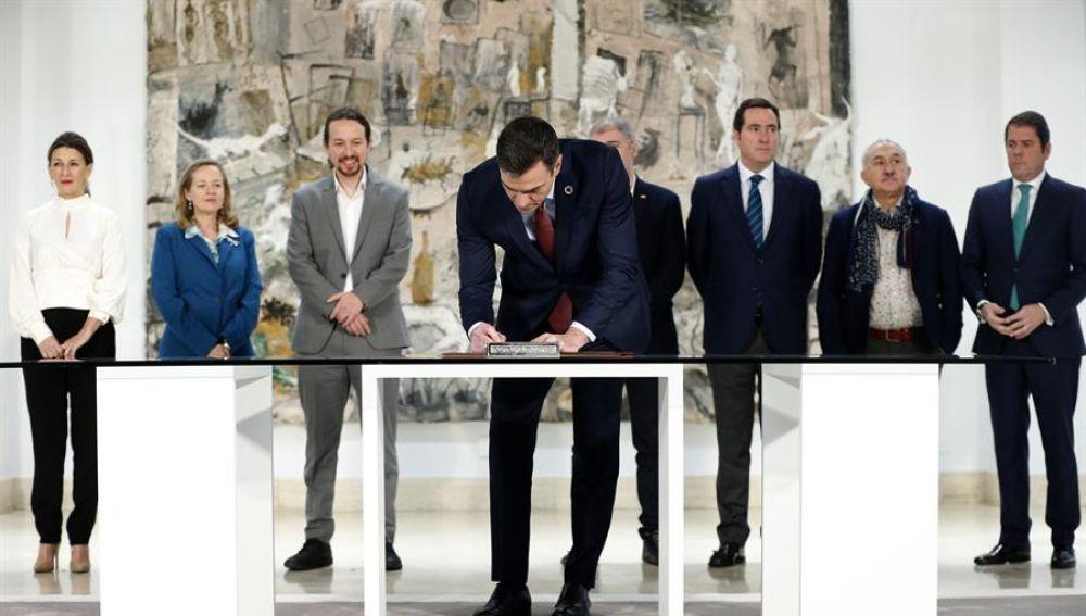 Pedro Sánchez durante la firma de la subida del SMI el pasado enero