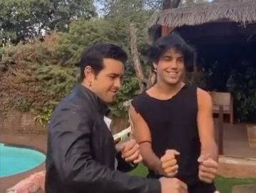 Mario Casas y su hermano Óscar bailando