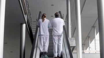 Dos enfermeros conversan.