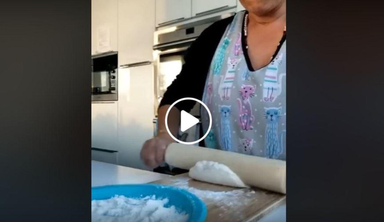 Mujer amasando pan