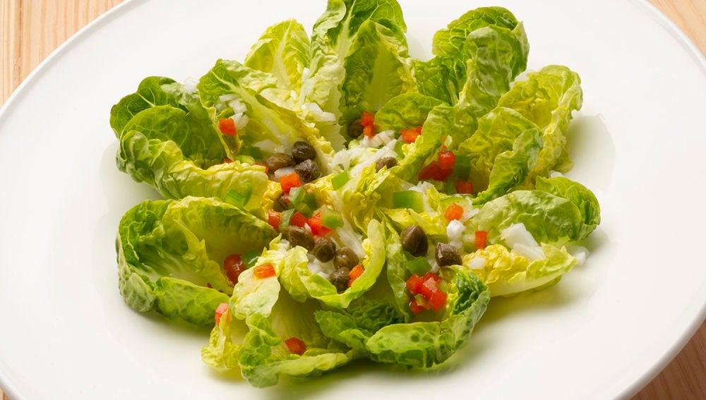 Consigue un aliño diferente con la ensalada de cogollos, cebolleta y pimiento