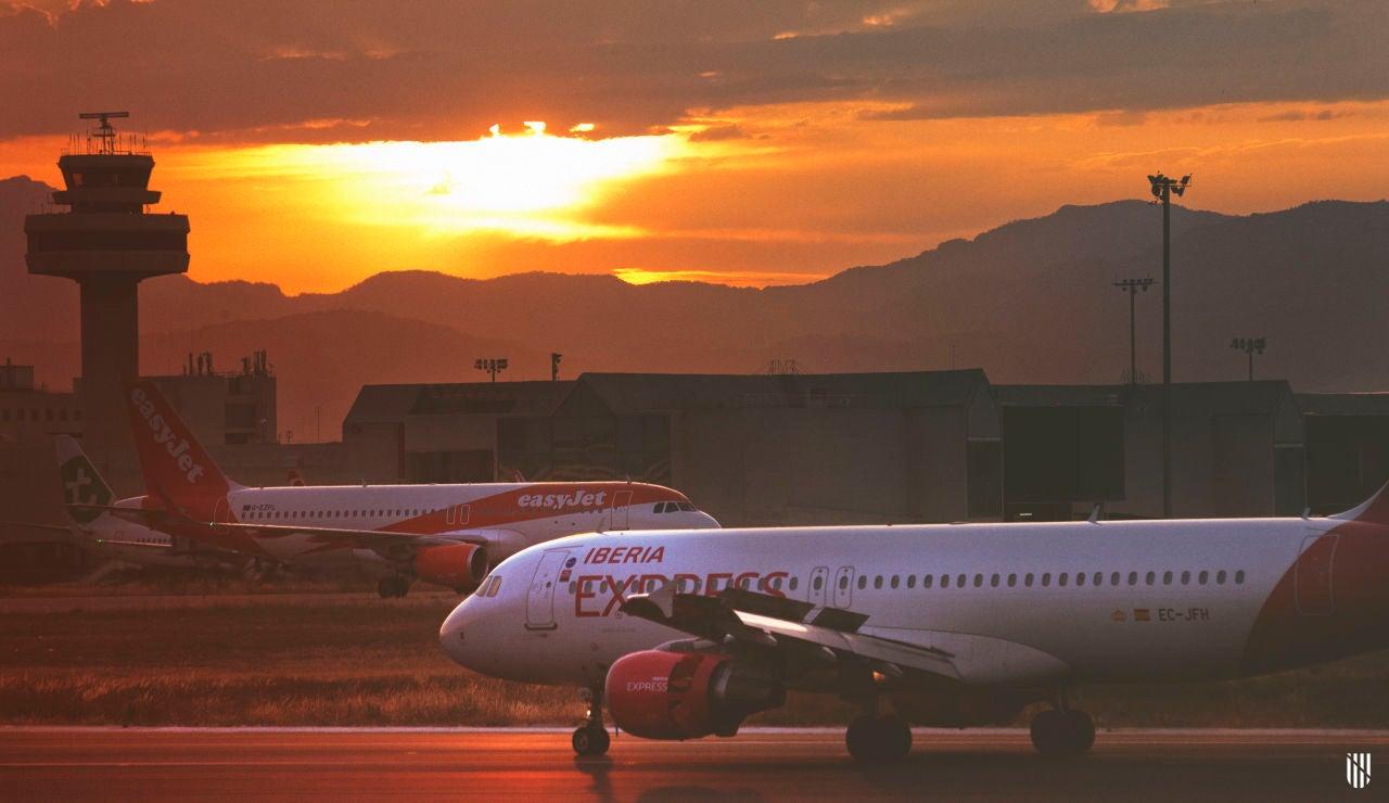 Dos aviones en una de las pistas del Aeropuerto de Son Sant Joan