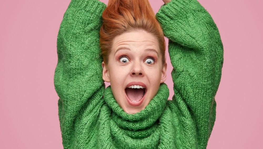Mujer pelirroja gritando