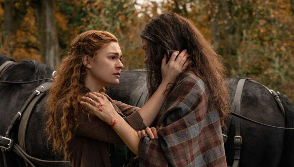 Sophie Skelton y Caitriona Balfe como Brianna y Claire en el final de la temporada 5 de 'Outlander'