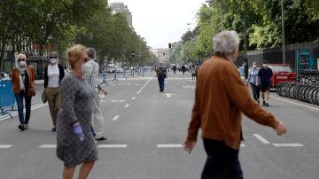 Varias personas caminan por una de las calles peatonalizadas de Madrid