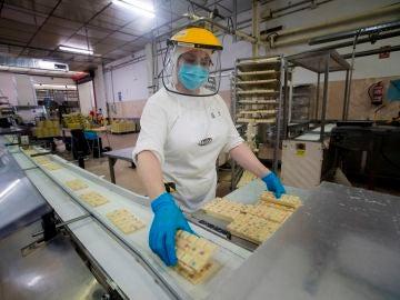 Una empleada trabaja en la fábrica de chocolate Lacasa de Zaragoza
