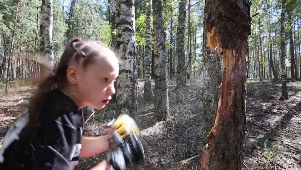 Niña derribando árboles
