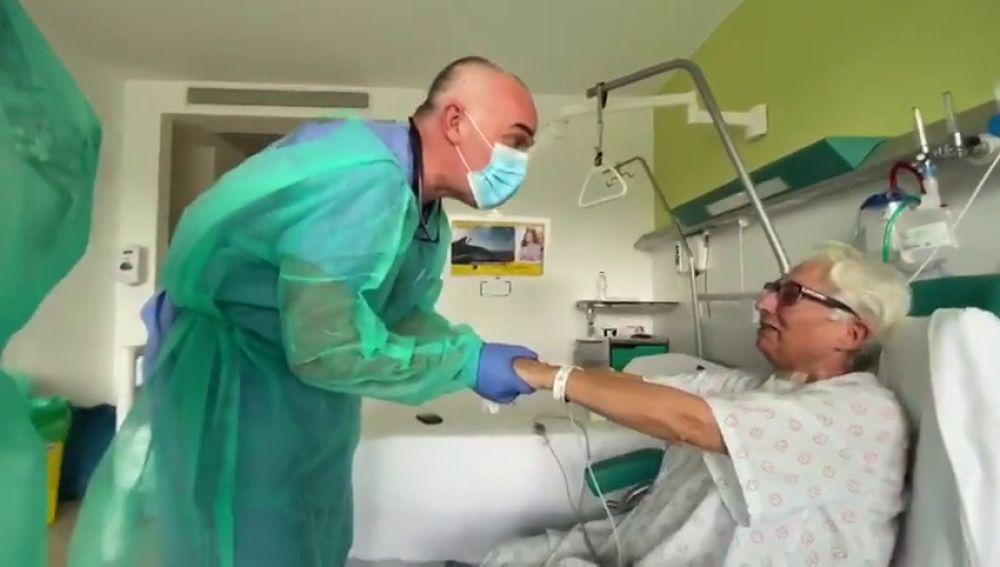 Emotivo reencuentro de María Ángeles, paciente de coronavirus, con el doctor que le cuidó en la UCI