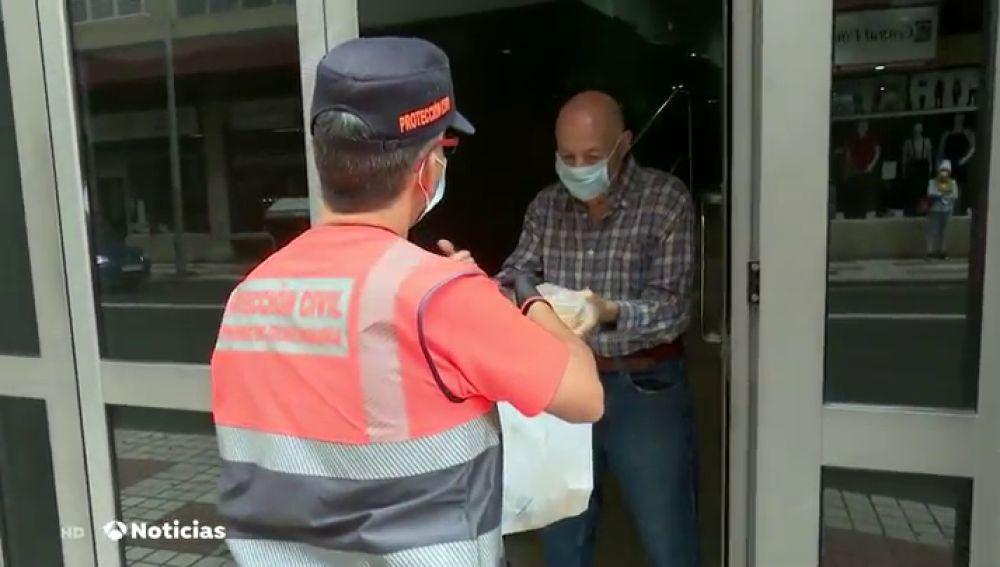 Colas para conseguir comida en Madrid durante la desescalada del coronavirus