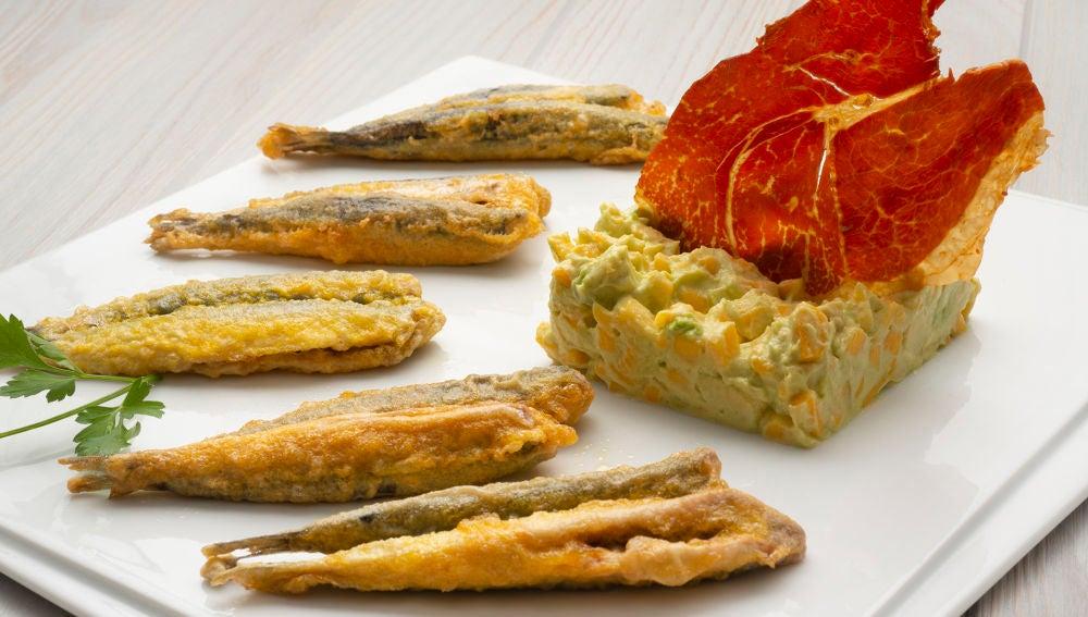 Anchoas rebozadas con tartar de queso, aguacate y mango