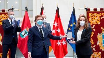 El momento en que Mónica López recibe la medalla