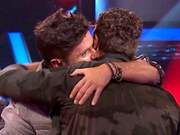 Pablo López y Antonio Orozco se funden en un abrazo en 'La Voz'