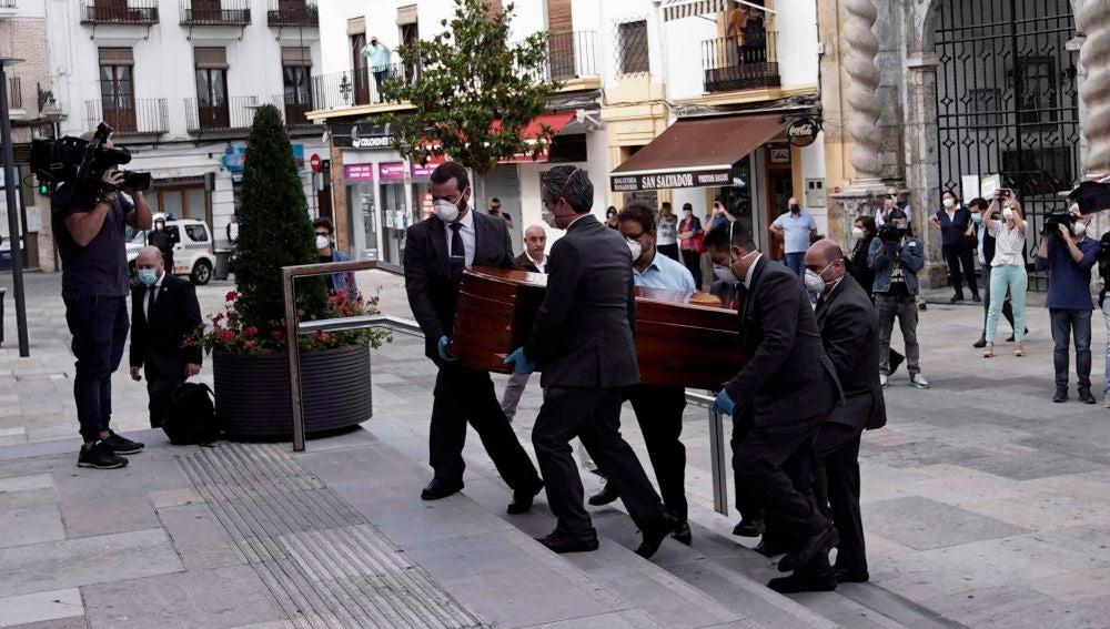 El féretro de Julio Anguita llega al Ayuntamiento de Córdoba