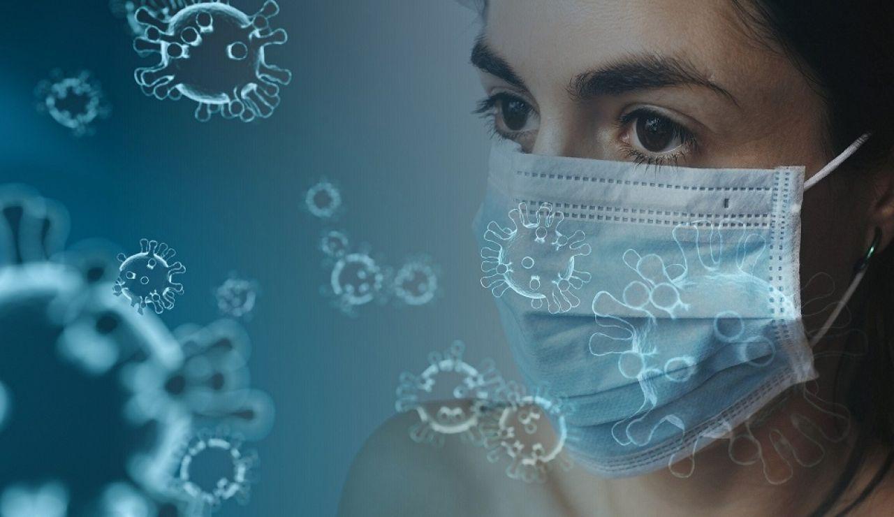 Imagen de una chica con una mascarilla para protegerse del coronavirus