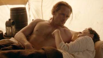Sam Heughan y Caitriona Balfe en la temporada 5 de 'Outlander'