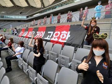 Fotografía de las grades del Seul FC con las muñecas hinchables