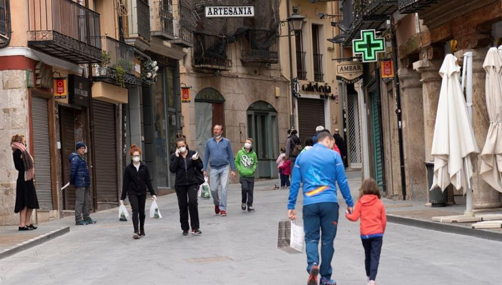 BOE: Personas paseando durante la Fase 1 de desescalada