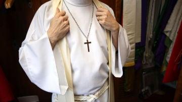 Un sacerdote se preparándose antes de una misa