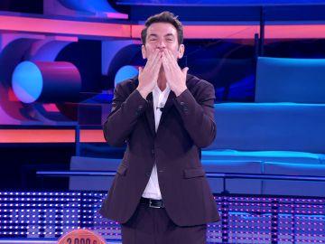 El afectuoso beso de Arturo Valls a Palmira al echar de menos sus bailes en '¡Ahora caigo!'