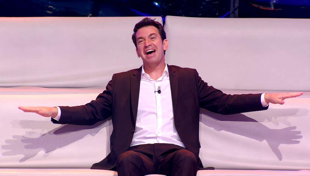 Con un traspié y mucha emoción, así empieza Arturo Valls el primer '¡Ahora caigo!' sin público