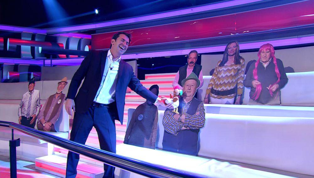 La genial visita de Arturo Valls a los vips de '¡Ahora caigo!' presentes en las gradas