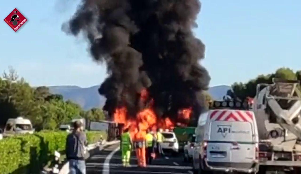 Un camionero muere después de volcar y de que su vehículo se incendie la A7 a la altura de Tibi (Alicante)