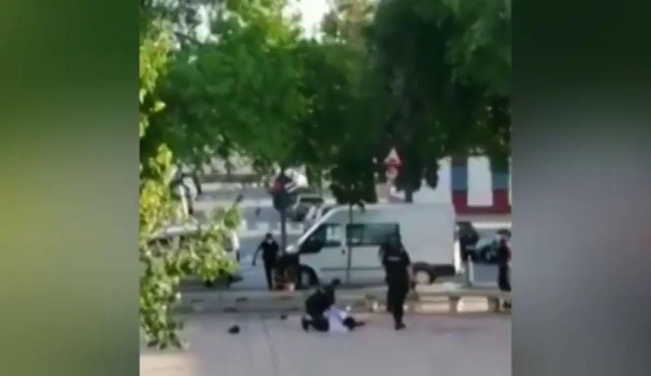Un menor se escapa de la Policía en Sevilla con los grilletes puestos