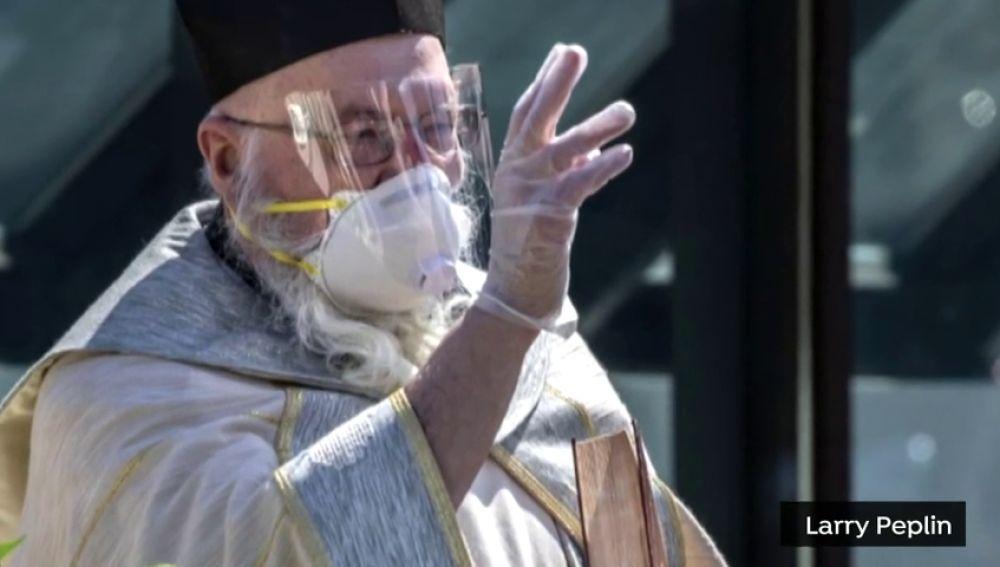 Un sacerdote 'bendice' a los feligreses usando una pistola de agua para respetar las normas por el coronavirus