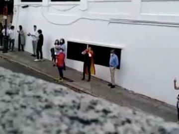 Escrache a las puertas de la vivienda de José Luis Ábalos