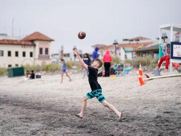 Un niño en una playa de Nueva Jersey