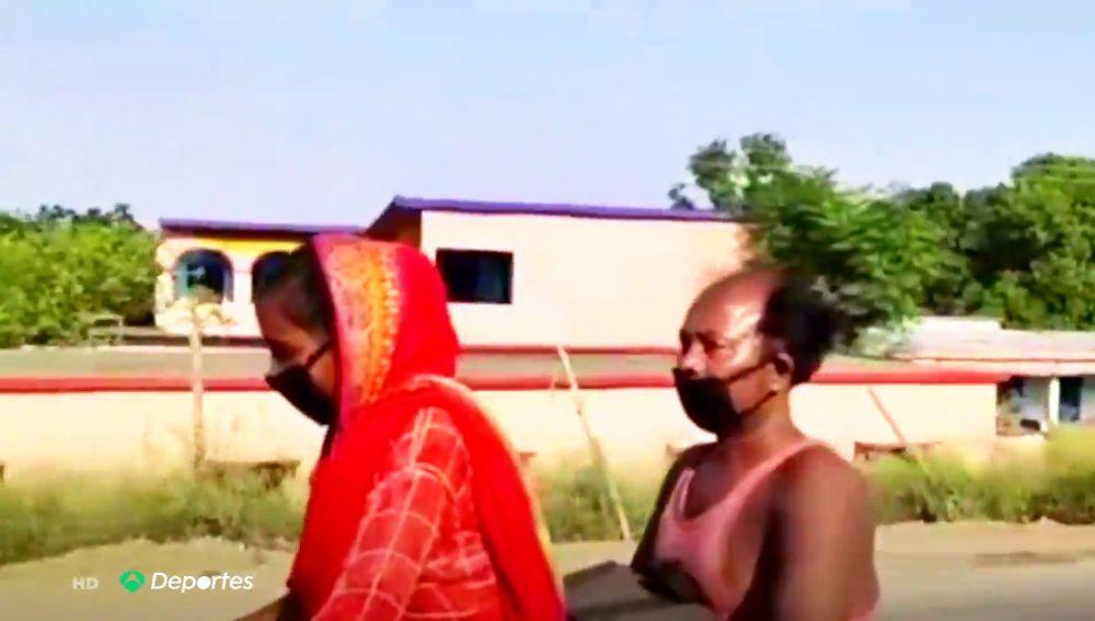 La hazaña de una joven de 15 años en la India, cruza 1.200 kilómetros en bici para salvar a su padre