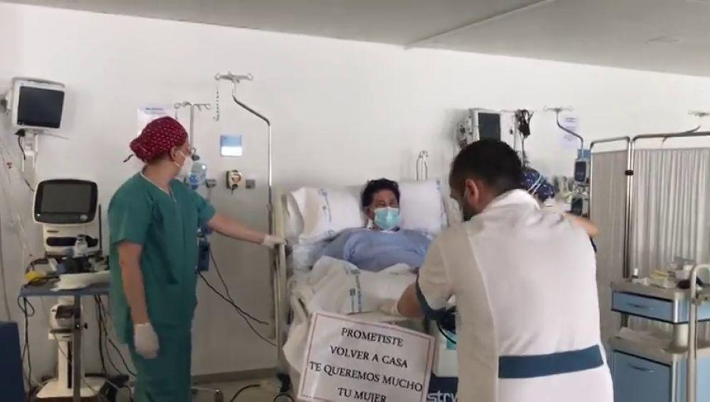 El emotivo momento en el que un paciente del Hispital de Valdemoro abandona la UCI después de 67 días