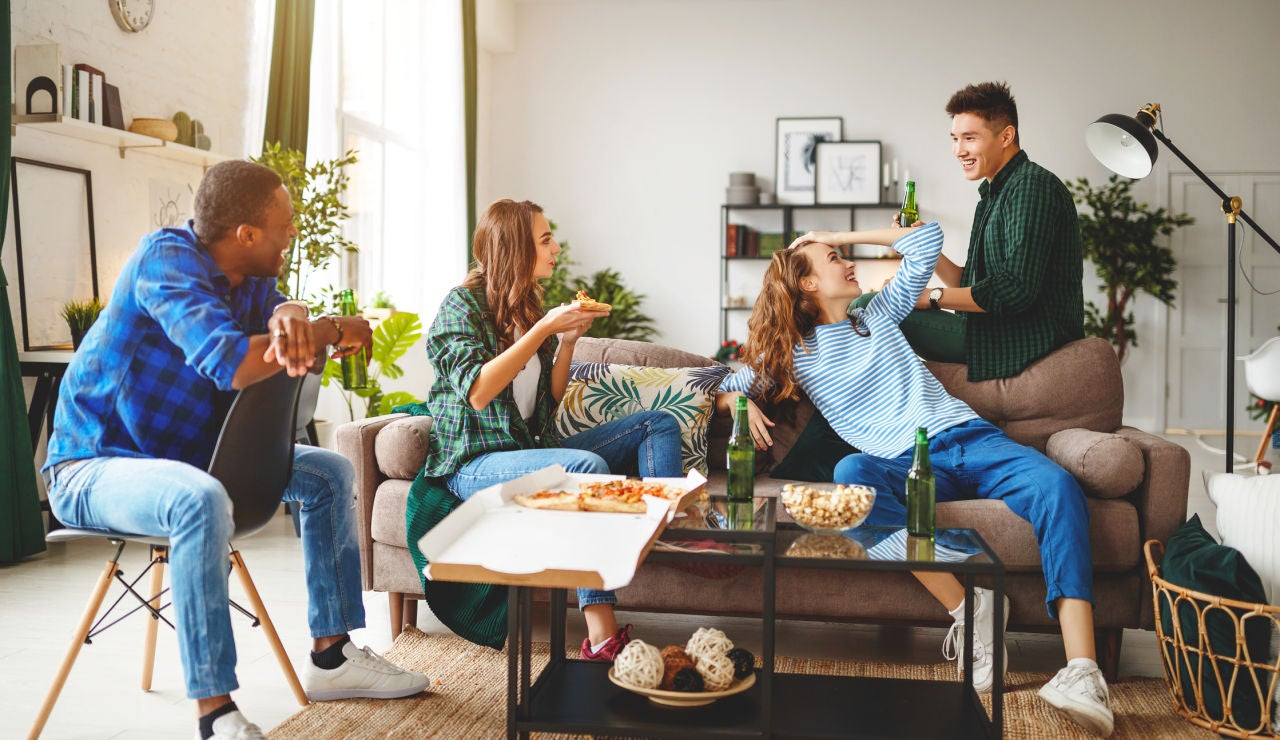 Reunión de amigos en una casa