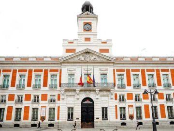 Banderas a media asta en la sede de la Comunidad de Madrid