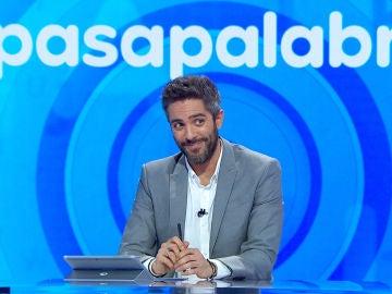 Unas bonitas palabras y un aplauso al estilo película americana, así han sonrojado a Roberto Leal en 'Pasapalabra'