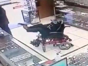 Un joven en silla de ruedas intenta atracar una joyería con una pistola en los pies en Brasil