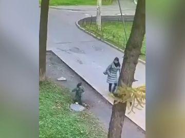 Una niña se cae dentro de un agujero