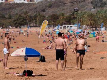 ientos de personas disfrutan de una jornada en la playa de Las Teresitas