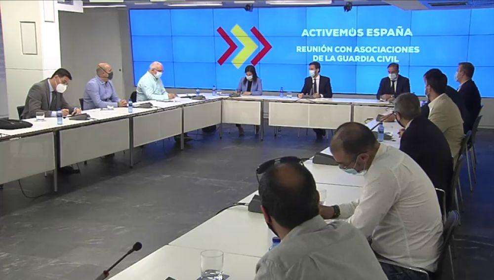 """Pablo Casado les dice a las asociaciones de la Guardia Civil que sufren una """"caza de brujas"""""""