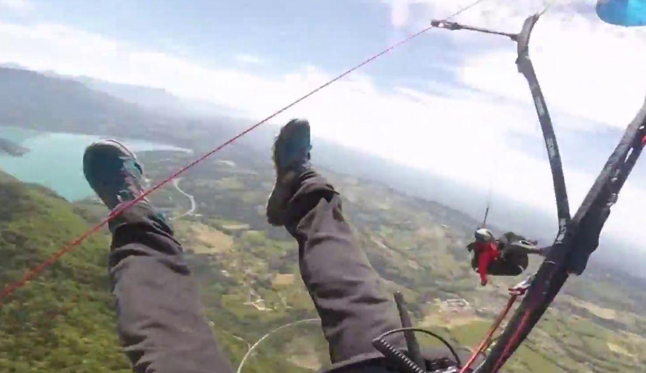 Dos parapentistas chocan en el aire