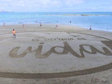 Un enorme lienzo de arena para reinvindicar la vida en el Día de los Océanos