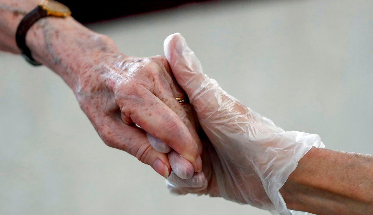 Imagen de la mano de una anciana en una residencia